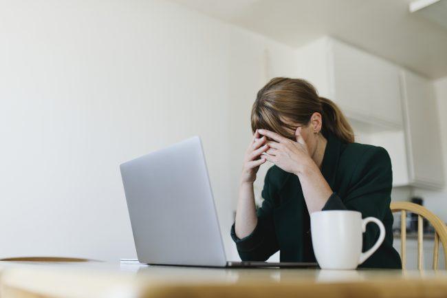 stressad kvinna vid datorn